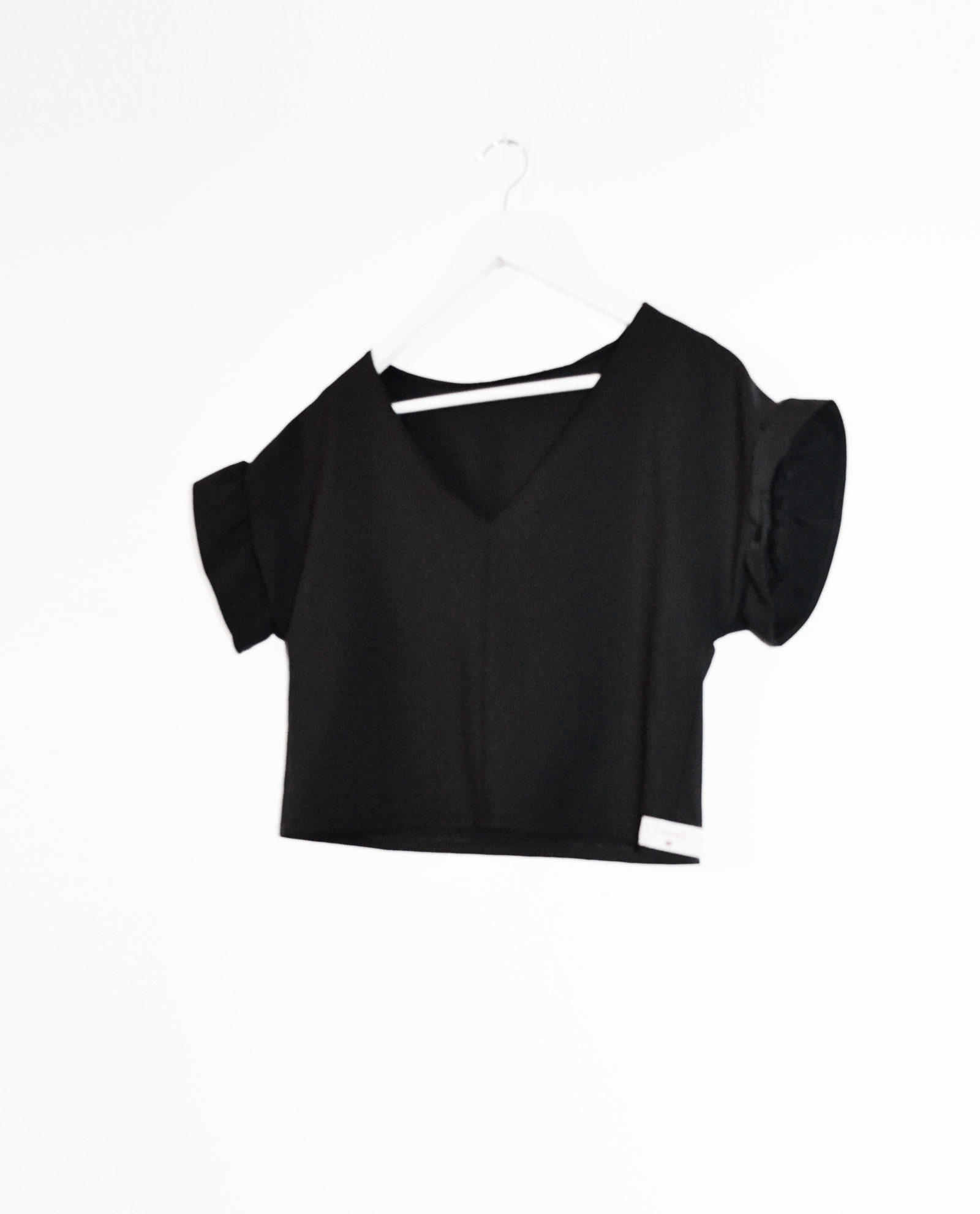 blusa-crop-top-negra-twist